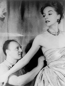 Pierre Balmain richtet etwas am Kleid von Ruth Ford, 1947 / Foto: Carl van Vechten