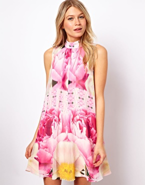 ASOS - Ted Baker – Aliah – Geblümtes, ausgestelltes Kleid (195,64 €)  http://www.asos.de/Ted-Baker/Ted-Baker-Aliah-Floral-Swing-Dress/Prod/pgeproduct.aspx?iid=3023174&cid=8799&sh=0&pge=7&pgesize=20&sort=-1&clr=Pale+pink