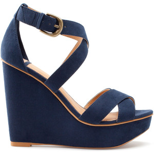 CROSSOVER STRAP WEDGES auf http://www.pullandbear.com / http://www.pullandbear.com/webapp/wcs/stores/servlet/product/pullandbeargb/en/pullandbear/29059/2146022/CROSSOVER%2BSTRAP%2BWEDGES - 47€