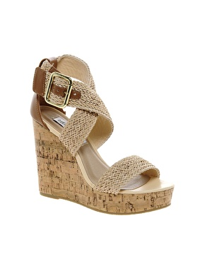 Steve Madden Sli Wedge Sandals auf www.asos.de /  http://www.asos.com/Steve-Madden/Steve-Madden-Sli-Wedge-Sandals/Prod/pgeproduct.aspx?iid=2780925&SearchQuery=wedge&sh=0&pge=2&pgesize=36&sort=-1&clr=Natural - 59,65 €
